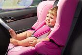 Barnet i en säkerhet bilbarnstol. säkerhet och trygghet — Stockfoto
