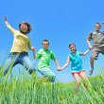 Kids play in wheat field — Stock Photo