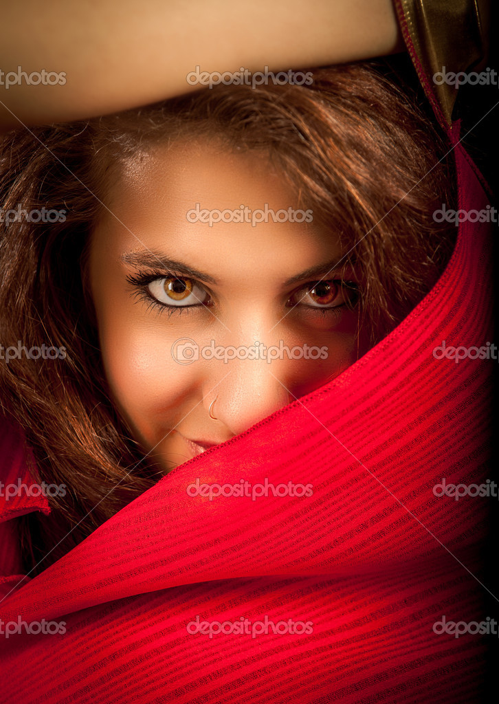 Portrait of Stunning brunette with beautiful eyes, fashion look — Stock Photo #11659440