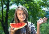 Femme et melon d'eau — Photo