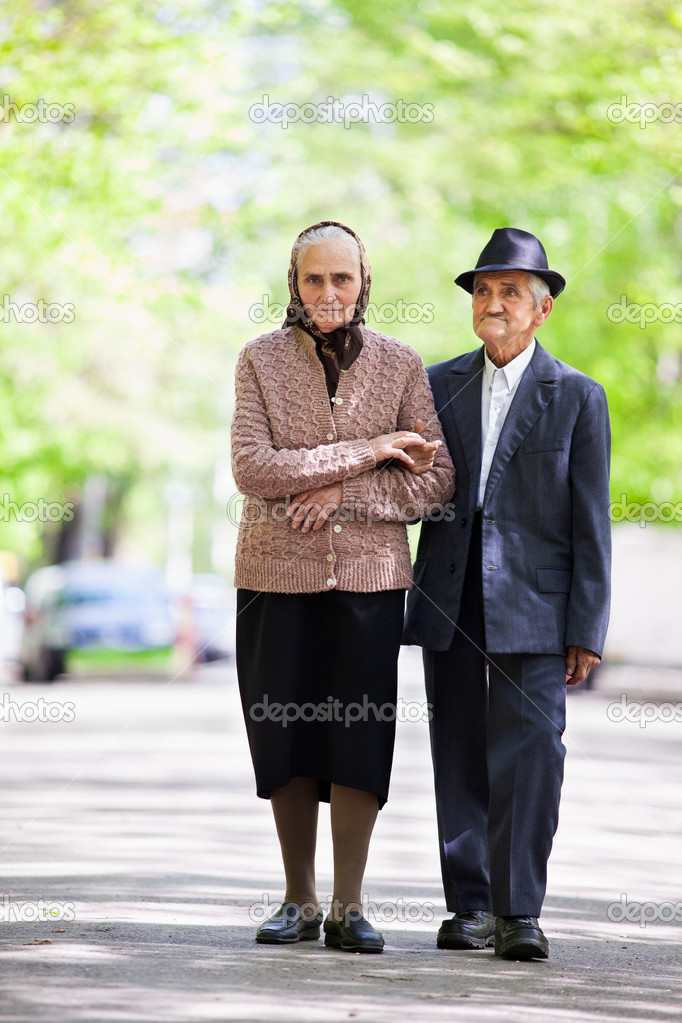 Senior couple walking outdoor in the park — Stock Photo #10927136