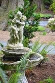 Velho jardim bebedouro — Foto Stock