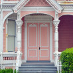 Front doorway of pink house — Stock Photo