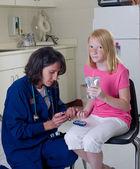 Kontrol kan şekeri düzeyini diyabetik hemşire — Stok fotoğraf