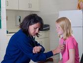 聴診器心拍数をチェックで看護師します。 — ストック写真