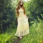 photo de femme romantique dans la forêt de féerie — Photo #10966022