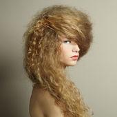 Portrait de la belle femme avec une coiffure élégante — Photo