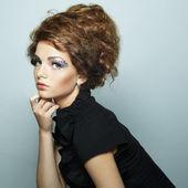 Portrét krásné ženy s elegantní účes — Stock fotografie