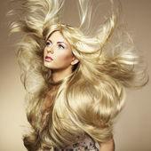 漂亮的女人和华丽的头发的照片 — 图库照片