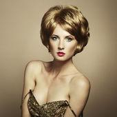 Porträtt av vacker sensuell kvinna med elegant frisyr — Stockfoto