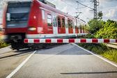 Pociąg na przejazd kolejowy — Zdjęcie stockowe