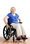 старший женщина в коляске над белой — Стоковое фото