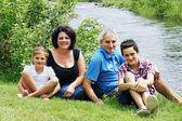 Nehir kıyısında aile — Stok fotoğraf