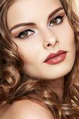 Vackra ansikte ung kvinna med ren hud, ljusa retrostil make-up. flicka med långt lockigt hår. ljusa läppar make-up. härlig pin-up-modell — Stockfoto