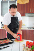 Młody człowiek w kuchni — Zdjęcie stockowe