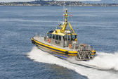 Yellow and Silver Pilot Boat Cutting Across Blue Water — Foto Stock