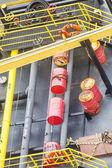 Rote fässer und gelbe rails — Stockfoto