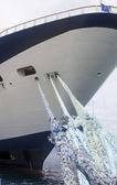 Liny niebieski niebieski i biały statek wycieczkowy — Zdjęcie stockowe