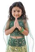 индийская девочка приветствие — Стоковое фото