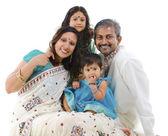 ευτυχισμένη παραδοσιακή ινδική οικογένεια — Φωτογραφία Αρχείου
