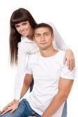 Портрет счастливой молодой пары, обниматься, улыбаясь.? — Стоковое фото