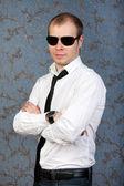 Casual güneş gözlüklü bir adam portresi — Stok fotoğraf