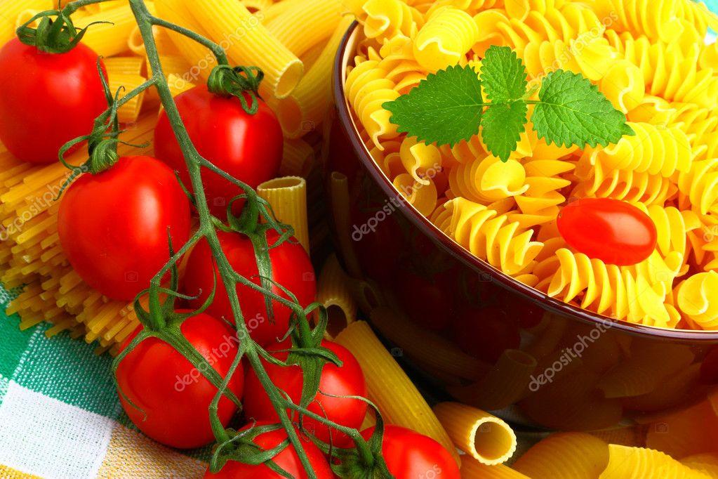 Delizioso rametto di pomodori con diversi tipi di pasta foto stock matfron 11010697 - Diversi tipi di pasta ...