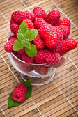 Söta färska hallon frukt i glas bägare — Stockfoto