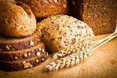 Colección de pan horneado sobre fondo de madera — Foto de Stock
