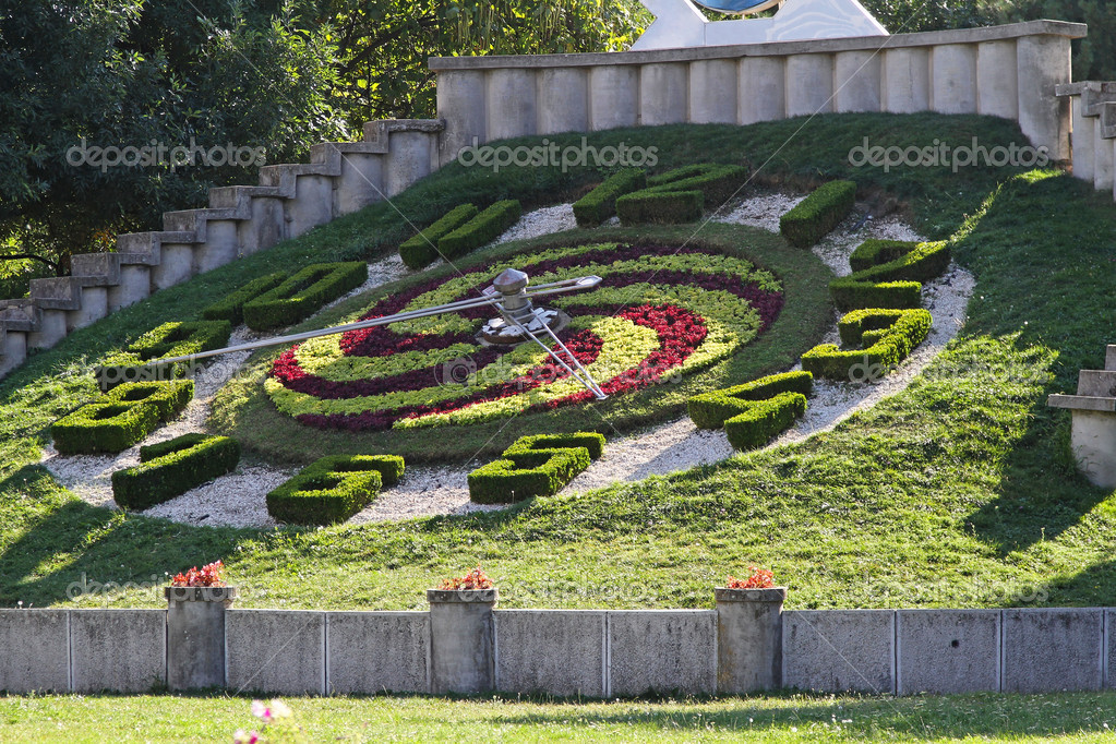 Big floral clock in Timisoara city park — Stock Photo #11457999