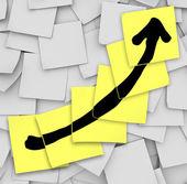 Flèche haut suivi de notes autocollantes de croissance succès — Photo