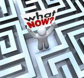 Que pessoa confusa agora segurando sinal perdido no labirinto — Foto Stock