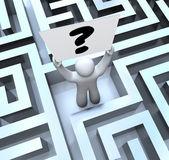 Soru işareti işaret tutan kişi labirent labirent içinde kaybolmuş — Stok fotoğraf