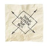Denken sie außerhalb des kastens auf einer serviette — Stockfoto