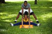 黑男人和女人在公园锻炼 — 图库照片