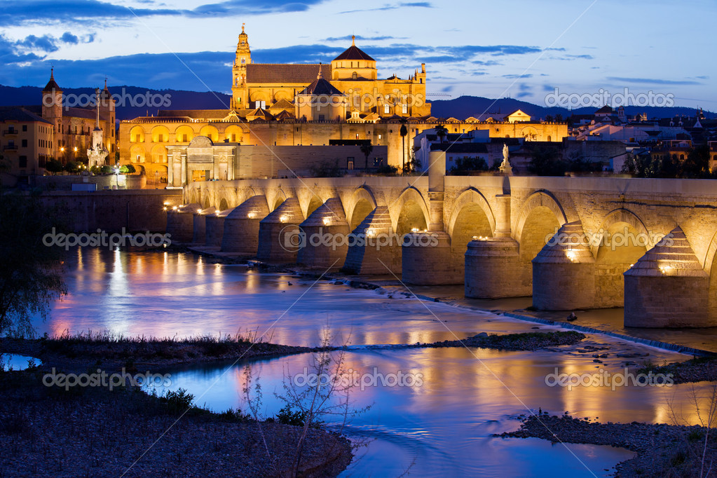 Roman Bridge on Guadalquivir river and The Great Mosque (Mezquita Cathedral) at twilight in the city of Cordoba, Andalusia, Spain. — Stock Photo #11793433