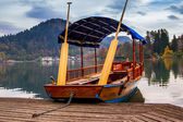 A pletna, traditional Slovenia boat, on Lake Bled — Stock Photo