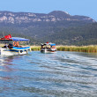 Pleasure boats motor up the Dalyan river, Turkey — Stockfoto