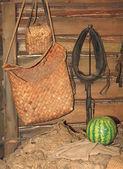 Горшки в крестьянской хижине — Стоковое фото