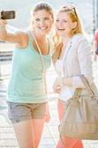 Två kvinna tar en bild från själva — Stockfoto