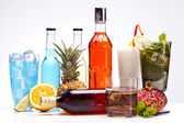 Bebidas alcohólicas exóticas con frutas — Foto de Stock