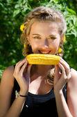 Vrouw eten maïskolf — Stockfoto