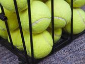 Tenisové míčky za mřížemi — Stock fotografie