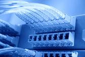 Schot van netwerkkabels en servers in een datacenter technologie — Stockfoto