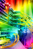 ネットワーク ケーブルと技術データ センター内のサーバーのショット — ストック写真