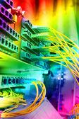 Snímek síťových kabelů a serverů v datovém centru technologie — Stock fotografie