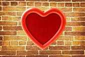 červený fotorámeček na staré cihlové zdi — Stock fotografie