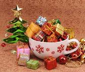 Regalo de navidad sobre fondo de navidad vintage — Foto de Stock