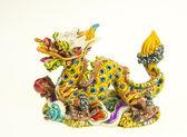 在白色背景上的色彩鲜艳的中国龙雕像 — 图库照片