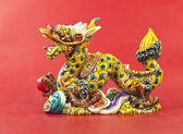 Estatua de dragón chino colorido sobre fondo blanco — Foto de Stock